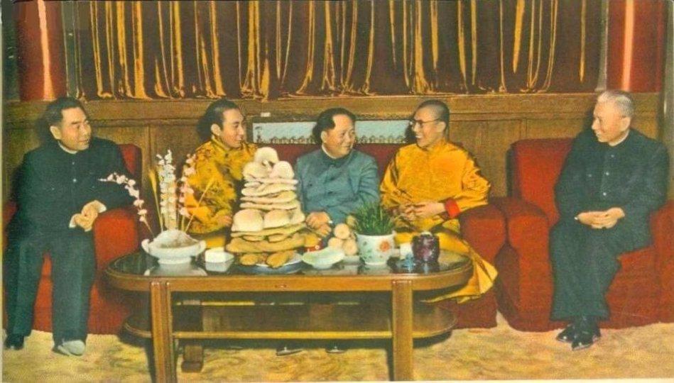Cuộc gặp giữa Mao Trạch Động (giữa), Đạt Lai Lạt Ma thứ 14 (phải), Ban Thiền Lạt Ma thứ 10 (trái), Lưu Thiếu Kỳ (ngoài cùng bên phải), và Chu Ân Lai (ngoài cùng bên trái) nhân dịp mừng năm mới Tây Tạng vào năm 1955 tại Bắc Kinh. Nguồn: Wikimedia.