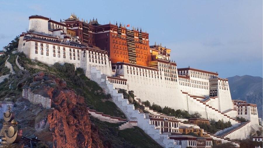 Cung điện Potala ở Lhasa, Tây Tạng, nơi ở của các vị Đạt Lai Lạt Ma. Nguồn: Wikimedia.